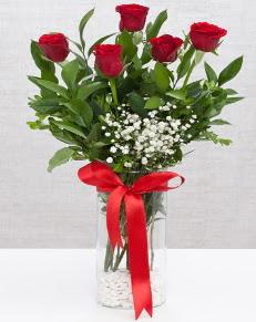 cam vazo içerisinde 5 adet kırmızı gül  Karaman çiçek mağazası , çiçekçi adresleri