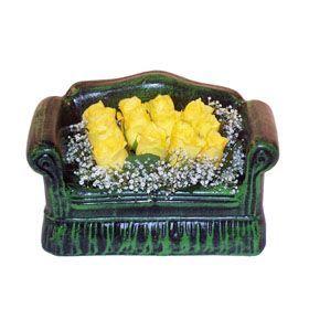 Seramik koltuk 12 sari gül   Karaman çiçek siparişi vermek