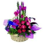 çikolata ve sepette çiçek   Karaman hediye çiçek yolla