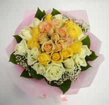 sari ve beyaz gül karisimda   Karaman internetten çiçek siparişi