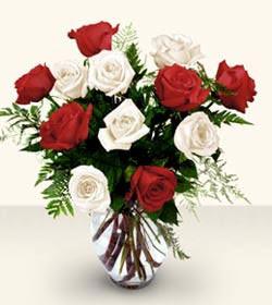 Karaman kaliteli taze ve ucuz çiçekler  6 adet kirmizi 6 adet beyaz gül cam içerisinde