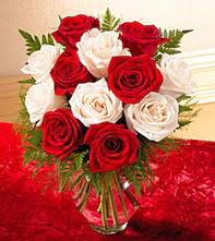 Karaman kaliteli taze ve ucuz çiçekler  5 adet kirmizi 5 adet beyaz gül cam vazoda
