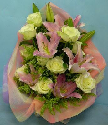 11 adet gül ve 2 adet kazablanka buketi  Karaman uluslararası çiçek gönderme