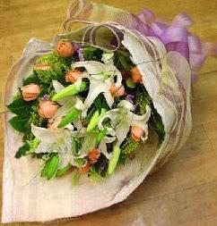 Karaman uluslararası çiçek gönderme  11 ADET GÜL VE 1 ADET KAZABLANKA