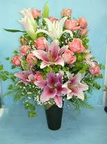 Karaman uluslararası çiçek gönderme  cam vazo içerisinde 21 gül 1 kazablanka