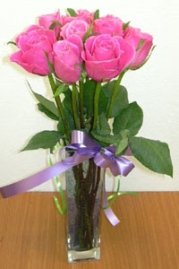 cam vazo içerisinde 11 adet gül  Karaman uluslararası çiçek gönderme