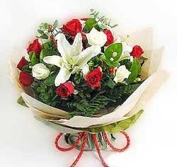 güller ve kazablanklardan görsel bir buket  Karaman uluslararası çiçek gönderme