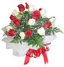 Karaman internetten çiçek siparişi  12 adet kirmizi ve beyaz güller buket