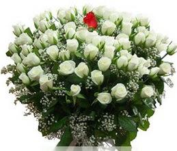Karaman uluslararası çiçek gönderme  100 adet beyaz 1 adet kirmizi gül buketi