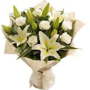 Karaman yurtiçi ve yurtdışı çiçek siparişi  3 dal kazablanka ve 7 adet beyaz gül buketi