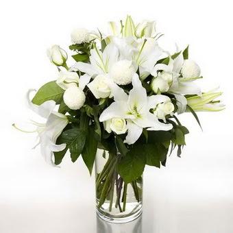 Karaman hediye çiçek yolla  1 dal cazablanca 7 adet beyaz gül vazosu
