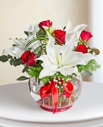 Fanus Vazoda 2 Lilyum ve 5 Gül Dansı  Karaman çiçek siparişi sitesi