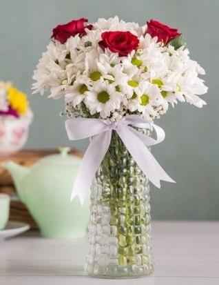 Papatya Ve Güllerin Uyumu camda  Karaman hediye çiçek yolla