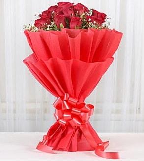 12 adet kırmızı gül buketi  Karaman online çiçek gönderme sipariş